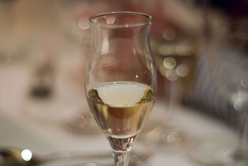 1280px-A_glass_of_tasty_grappa.jpg
