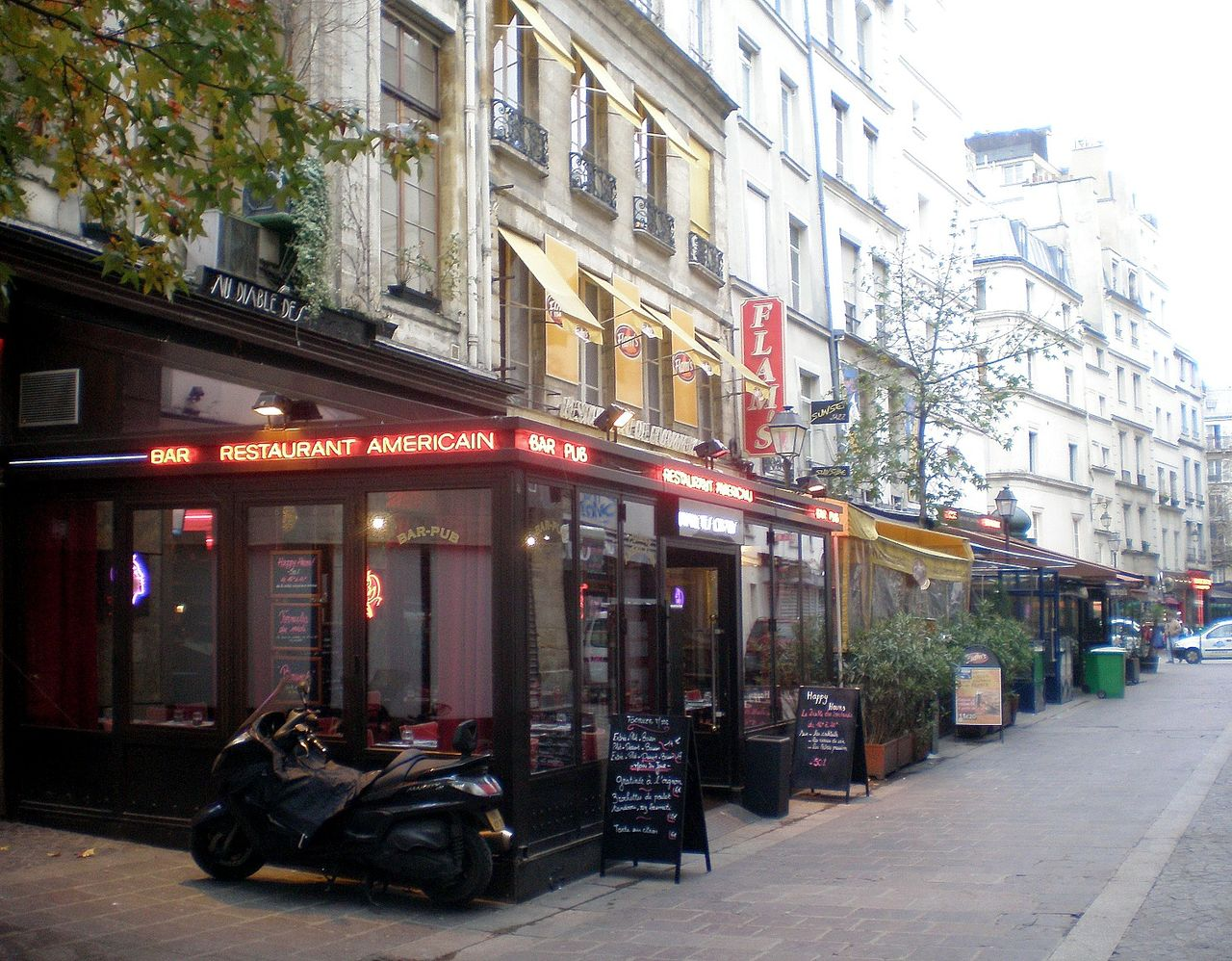1280px-PC010015_Paris_I_rue_des_Lombards_reductwk.JPG